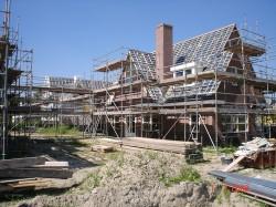 raadbouw bv zijkant huis onder constructie